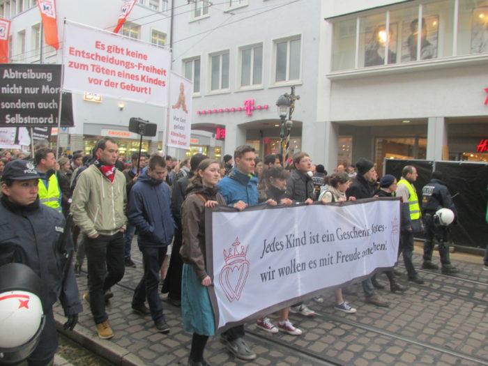 ® Billy Six Gebetszug durch die Innenstadt von Freiburg